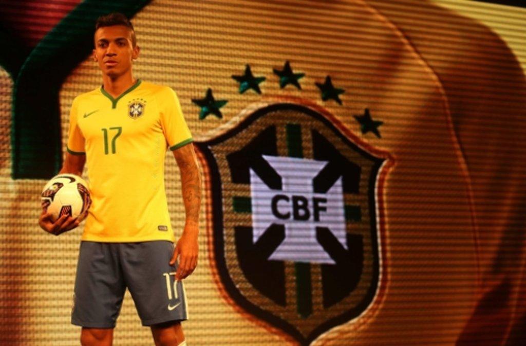 In diesem Trikot will der Wolfsburger Luiz Gustavo mit der brasilianischen Nationalmannschaft 2014 den Weltmeistertitel im eigenen Land holen. Foto: dpa