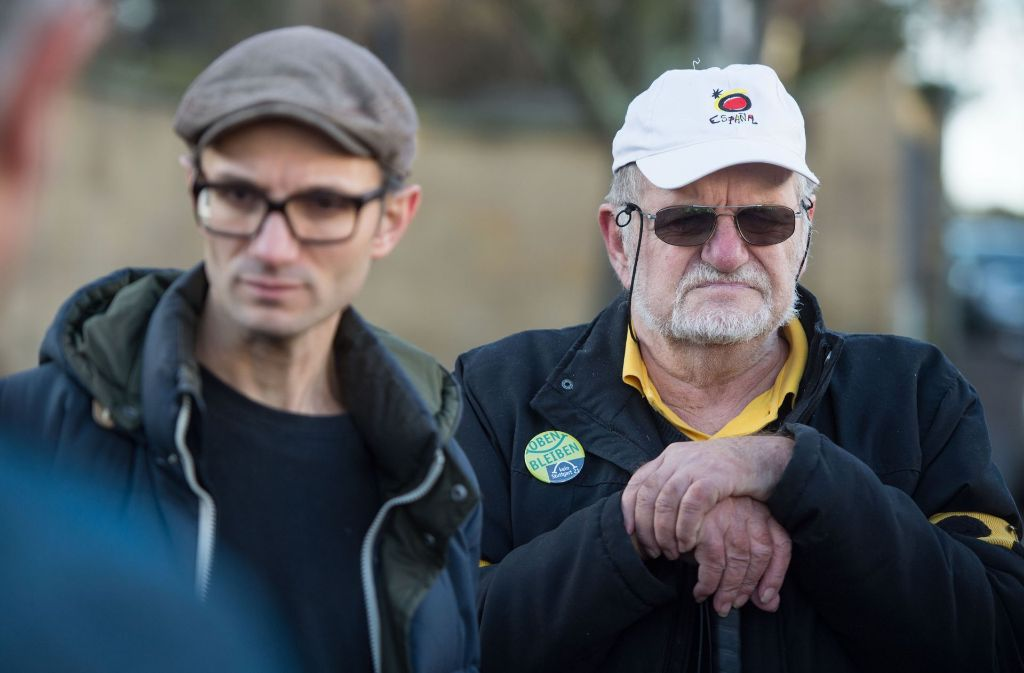 Dietrich Wagner (rechts) und Daniel Kartmann nehmen die Entschädigung des Landes an. Foto: dpa