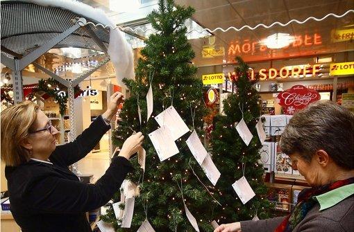 Am Wunschbaum im Leo-Center hängen noch Zettel. Foto: factum/Granville