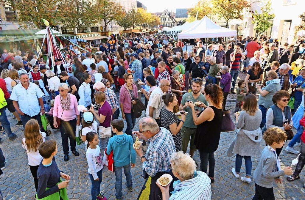 Besuchermagnet Filderkrautfest: Deutschlands größte Krauthocketse wird auch in diesem Jahr wieder sehr viele Menschen nach Leinfelden-Echterdingen locken. Foto: Malte  Klein