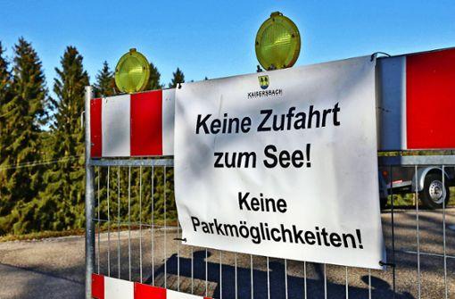 Absperrband gegen die Völkerwanderung zum Ebnisee
