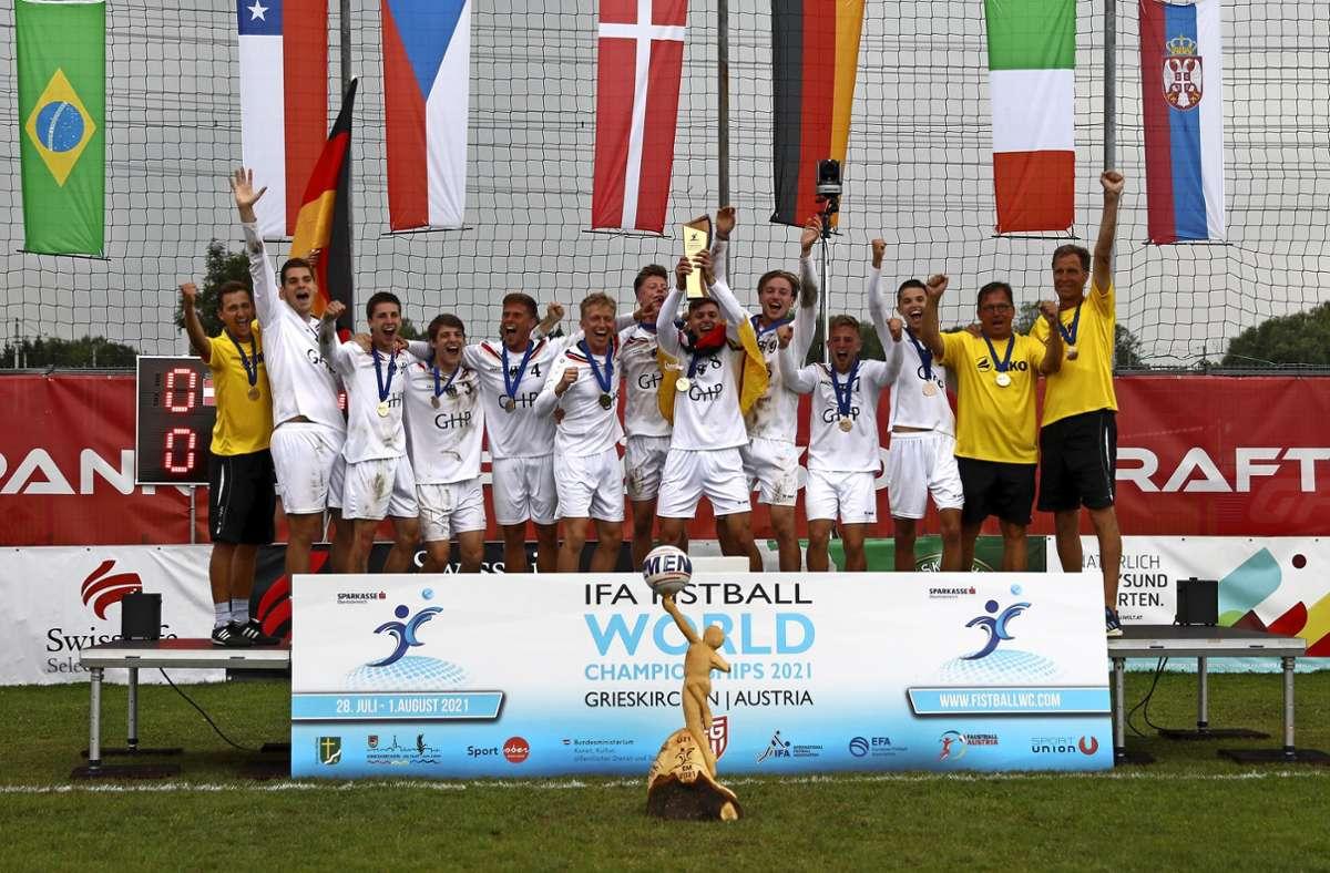 Der Vaihinger Robin Löwe (Dritter von rechts) und die deutschen U-21-Faustballer sind Europameister. Foto: privat/cf