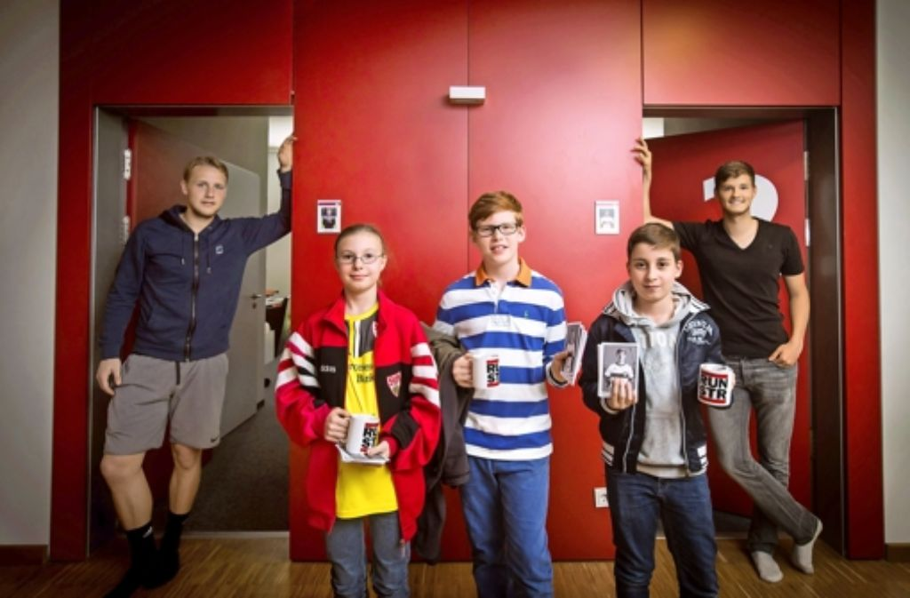 Unsere Kinderreporter haben die U-19-Spieler des VfB Stuttgart, Marius Funk (18, links) und Marvin Jäger (18, rechts) gefragt, wie es sich in der Jugendakademie lebt. Weitere Bilder von ihrem Besuch beim VfB Stuttgart findet ihr in der folgenden Bilderstrecke. Foto: Achim Zweygarth