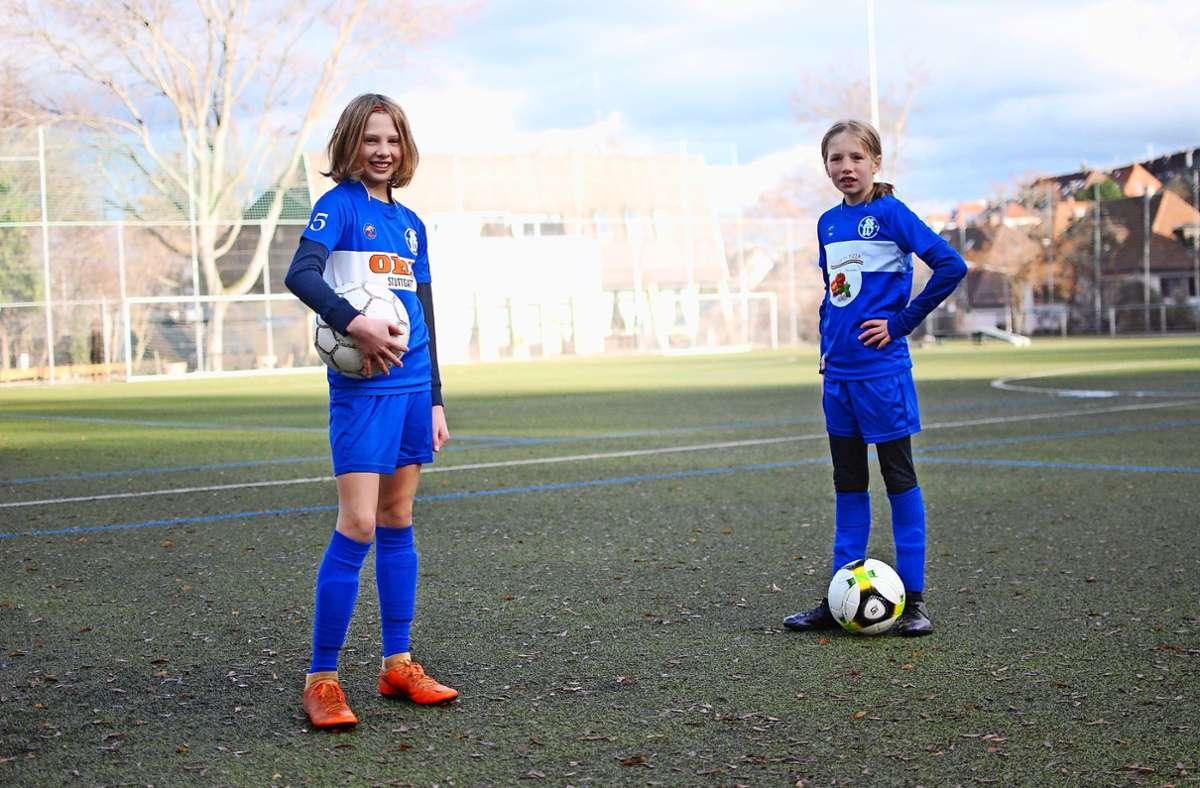 Marie Lesch (links) und Martha Beckmann spielen bei der SG West. Gerne wären sie beim VfB – doch der nimmt keine Mädchen. Foto: Thomas Beckmann