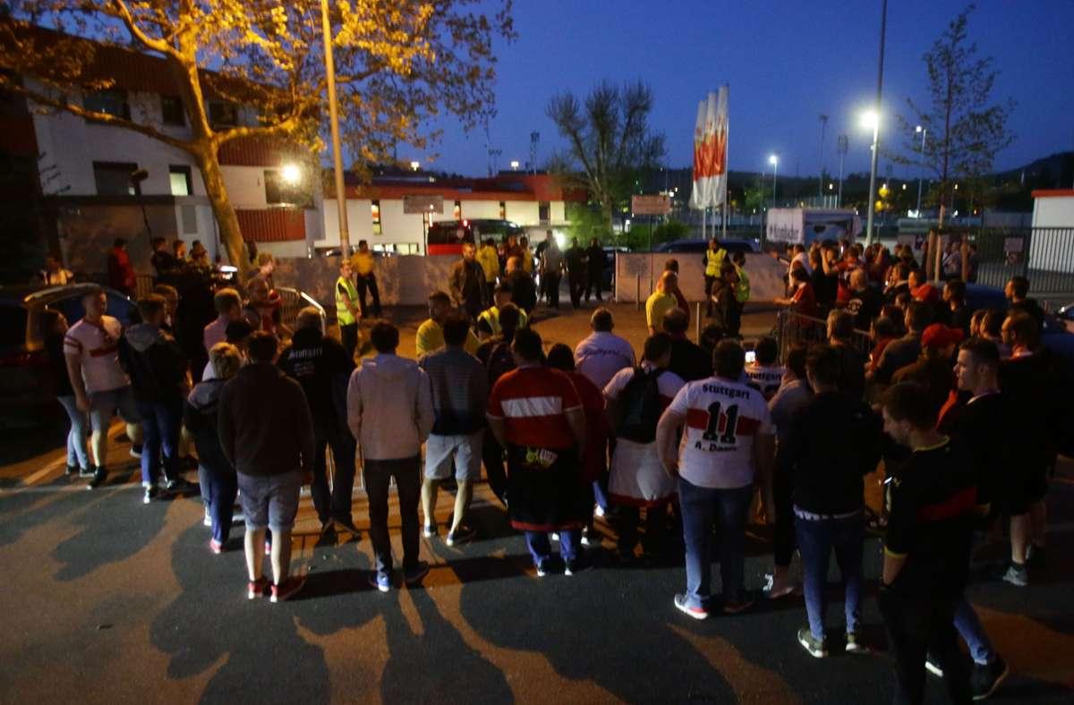 Aufgebrachte Fans empfingen das Team nach der Rückkehr aus Augsburg in Cannstatt – und suchten den Dialog mit den Profis. Foto: Pressefoto Baumann