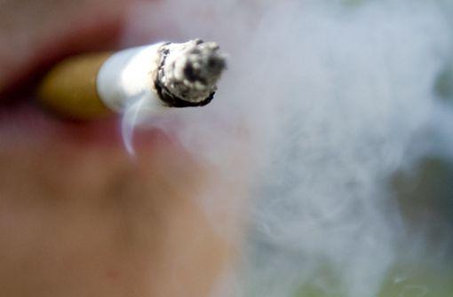 Raucherin stürzt von Hausdach und verletzt sich schwer