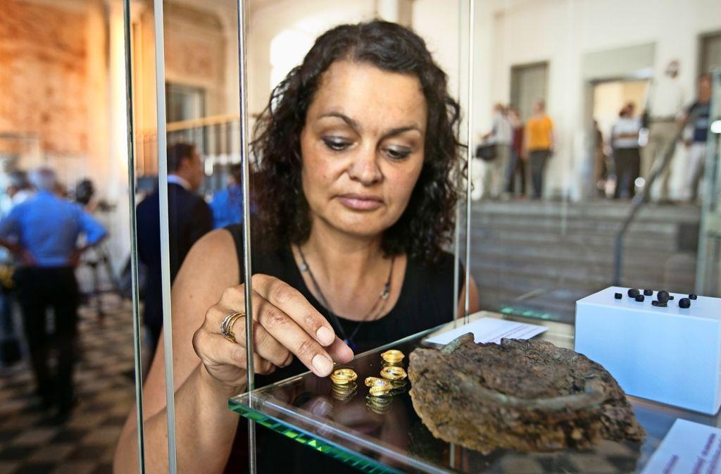 Die Chefrestauratorin im Landesamt für Denkmalpflege, Nicole Ebinger-Rist, präsentiert den Goldschmuck der Kirchheimer Keltenfürstin. Foto: Horst Rudel