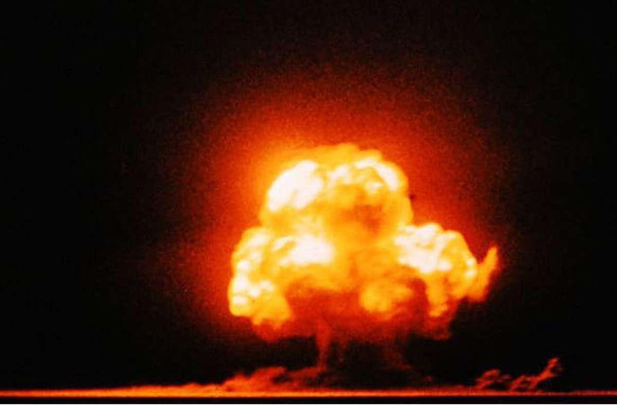 Nachkolorierte Aufnahme der Explosion der  ersten Atombombe   am 16. Juli 1945 im US-Bundesstaat New Mexico. Foto: Wikipedia commons/Jack W. Aeby