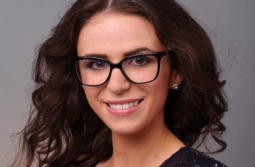 Klares Statement beim ersten Date: Franzi Maichle (23) aus Stuttgart wollte dem Bachelor mit Brille entgegentreten - und so direkt auffallen. Foto: RTL