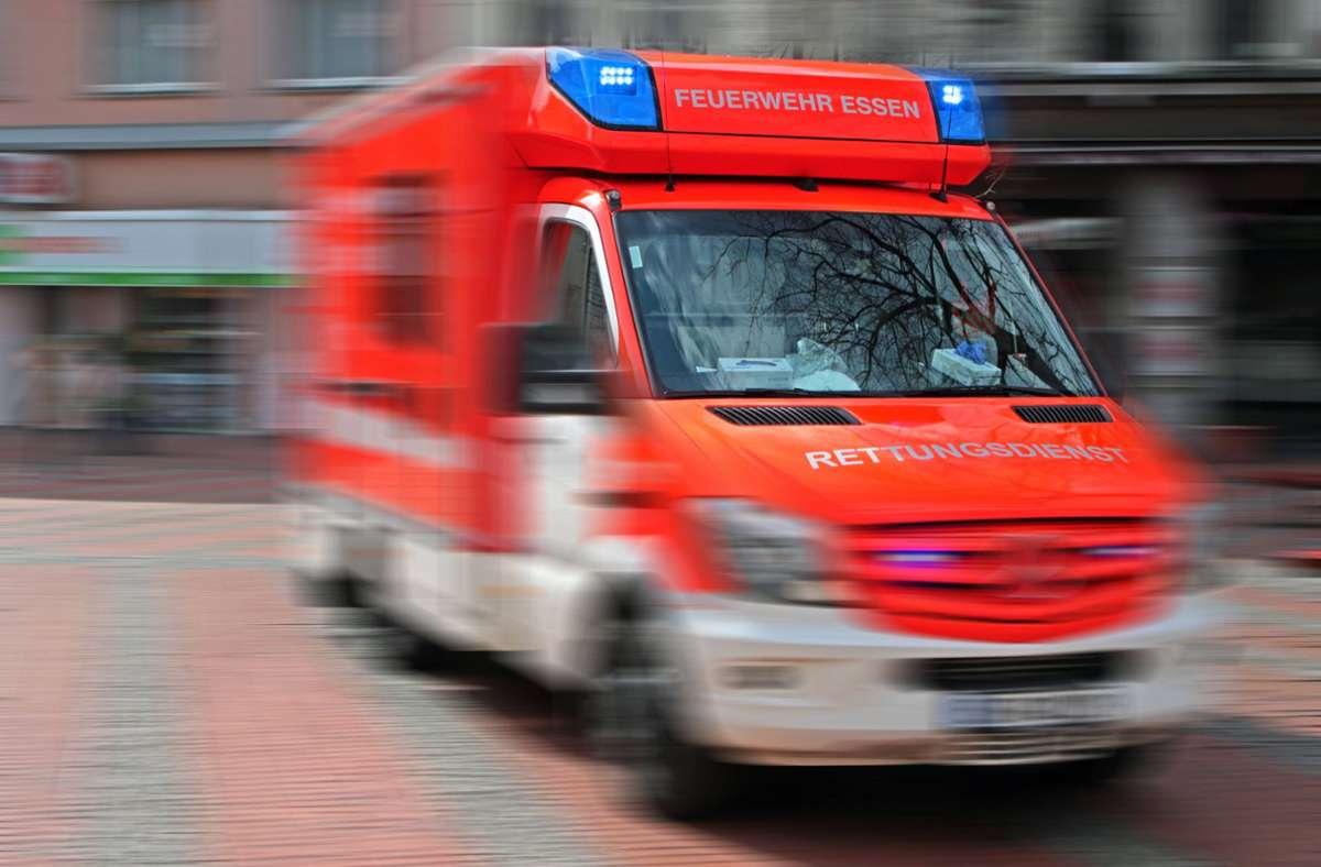 Der Rettungsdienst brachte die 52-Jährige in eine Klinik (Symbolbild). Foto: imago images/Gottfried Czepluch