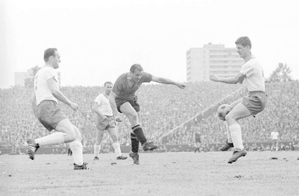 Max Morlock (Mitte, hier im Spiel gegen Werder Bremen) absolvierte insgesamt 472 Partien für den 1. FC Nürnberg, für den er in der Oberliga Süd und der 1963 gegründeten Bundesliga insgesamt 296 Tore schoss. In der letzten Saison seiner beeindruckenden  Karriere spielte der Weltmeister von 1954 für den Club in der Bundesliga – und erzielte hier in den ersten vier Spielen jeweils ein Tor. Heute ist das Nürnberger Stadion nach ihm benannt. Foto: Imago