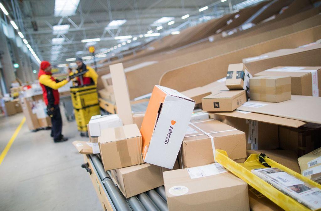 Der Versand von Büchern und Waren wird teurer. Foto: dpa