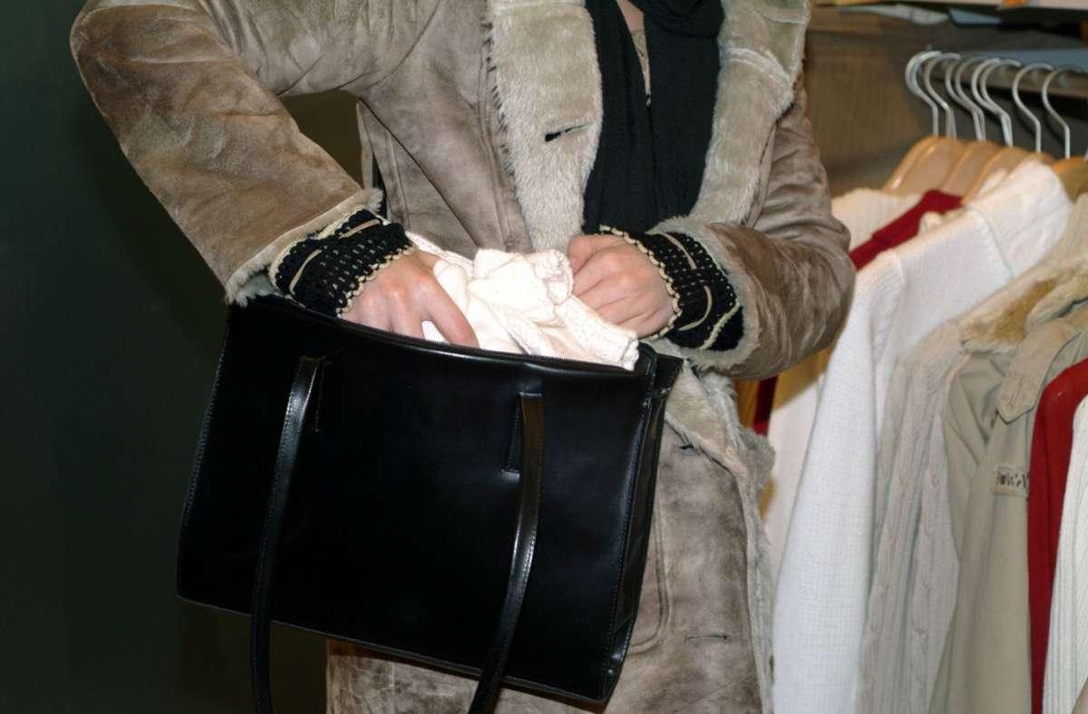 Die Frau wurde beim Ladendiebstahl erwischt. (Symbolbild) Foto: IMAGO / imagebroker/begsteiger