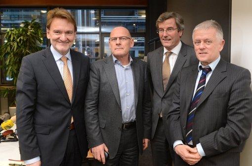 Bahn-Vorstandsmitglied Volker Kefer (l.) will sich kommende Woche mit Landesverkehrsminister Winfried Hermann (2.v.l) und Stuttgarts OB Fritz Kuhn (r.) sowie weiteren Politiker treffen und die Mehrkosten von Stuttgart 21 diskutieren. Foto: dpa