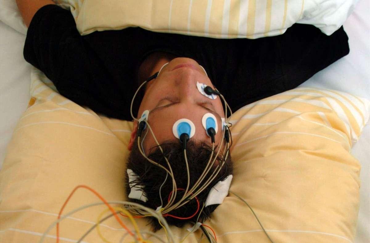Wer schlecht schläft, kann im Schlaflabor Hinweise bekommen, woran das liegt. Foto: dpa//Rolf Haid