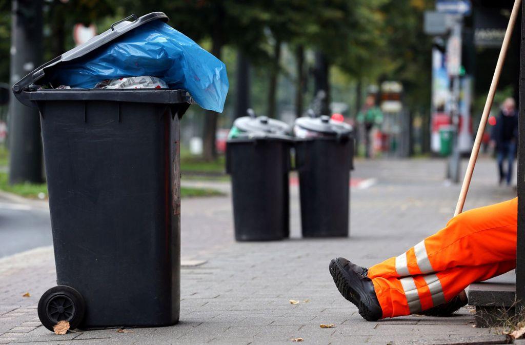 Die Müllgebühren steigen  um zehn Cent pro Leerung für die kleine Tonne und 20 Cent für die große. Foto: dpa