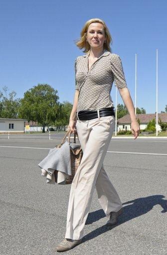 Ähnliches Outfit, komplett andere Wirkung: Das kleingemusterte Oberteil sieht bieder aus, die Accessoires