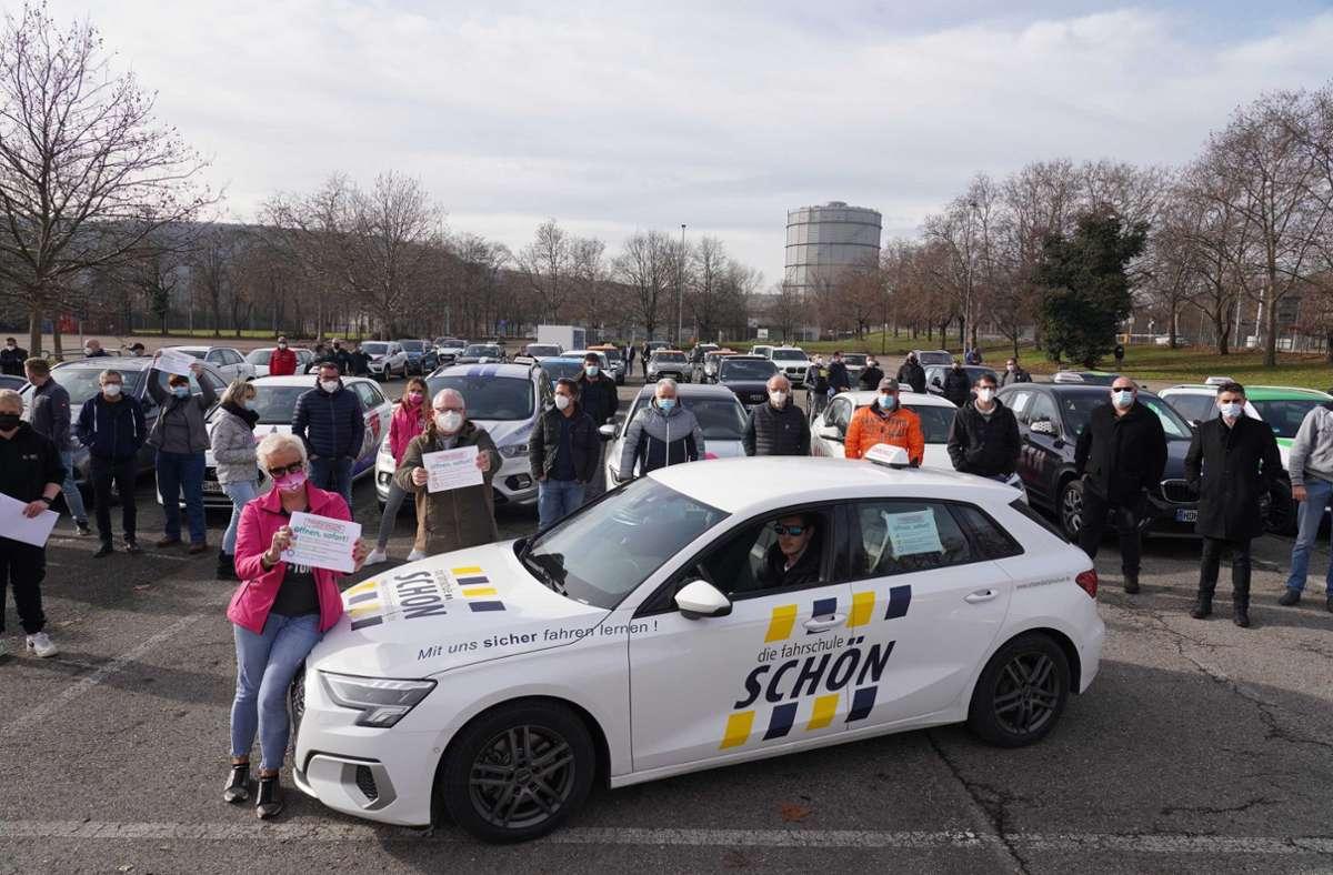 Die Vertreter einiger Fahrschulen aus Baden-Württemberg haben am Donnerstag auf dem Cannstatter Wasen demonstriert. Foto: Andreas Rosar/Fotoagentur-Stuttg