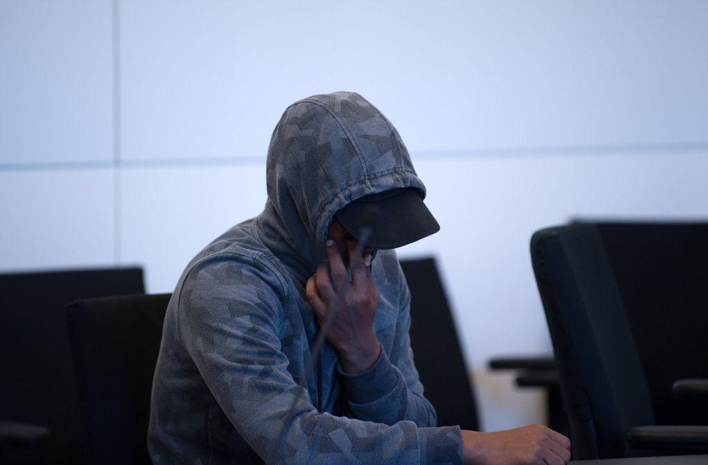 Mit einer Kapuze und Sonnenbrille bekleidet, zeigt sich der Angeklagte Hassan S. im Gerichtssaal im Landgericht in Dresden. Foto: dpa
