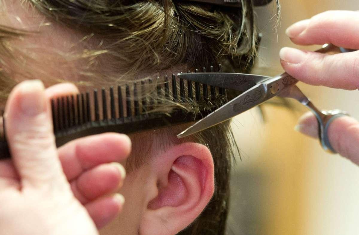 Ab Montag werden die Haare wieder professionell geschnitten. Foto: dpa/Sebastian Kahnert