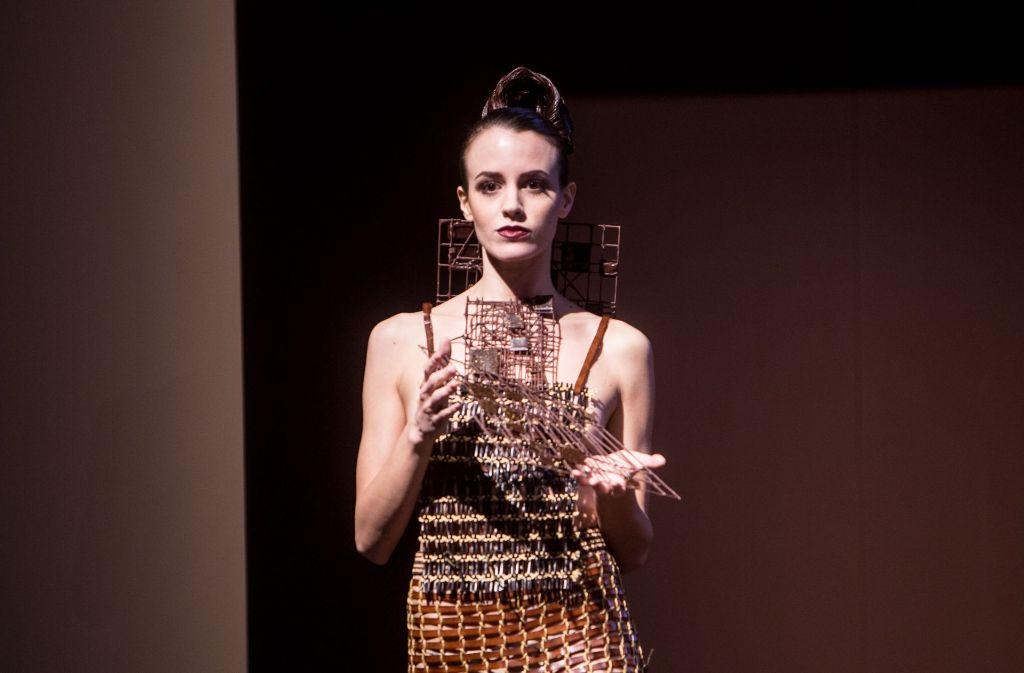 """Mode aus Schokolade und von Schokolade inspiriert gibt es auf der """"Salon du Chocolat"""" in Mailand auf dem Laufsteg zu sehen. Foto: dpa"""