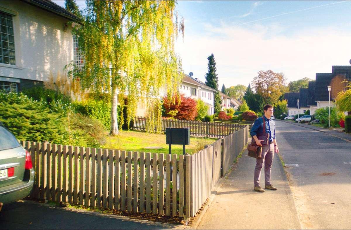 Xhafer (Misel Maticevic) in seiner heilen deutschen Wohngegend: Er kommt sich hier   nicht mehr eingebettet, sondern isoliert und ausgestoßen vor. Foto: Alamode Filmverleih