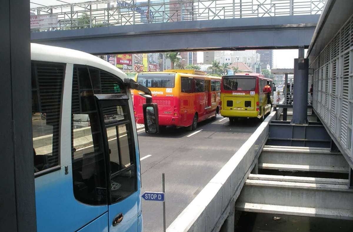 Transportasi bus di ibukota Indonesia, Jakarta (bergambar).  Foto: Wikipedia commons / Dörrbecker / CC BY-SA 3.0.  gambar: