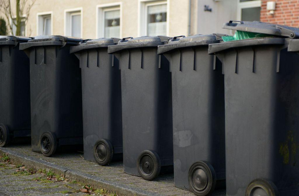 Die Mülltonnen im Kreis sollen einen Chip erhalten, der die Zahl der Leerungen zählt. Foto: dpa