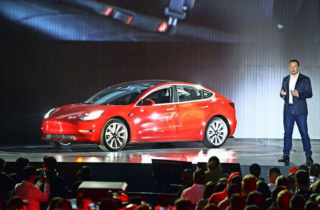 Ende Juli hat Tesla-Chef Elon Musk  im kalifornischen Fremont die ersten Exemplare des Model 3 an US-Kunden übergeben. Foto: dpa, Lichtgut/Kovalenko