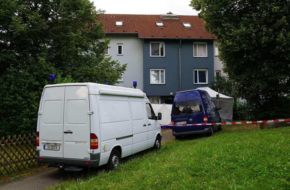 Die Kriminalpolizei und die Spurensicherung ermitteln am Freitag in Reutlingen-Sickenhausen. Foto: SDMG/SDMG / Kohls