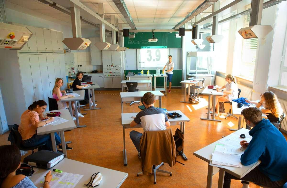 Kleine Gruppen, ungewohnte Sitzordnungen:  Die Ludwigsburger Schulen starten mit  Präsenzunterricht ins neue Jahr. Foto: Leif Piechowski