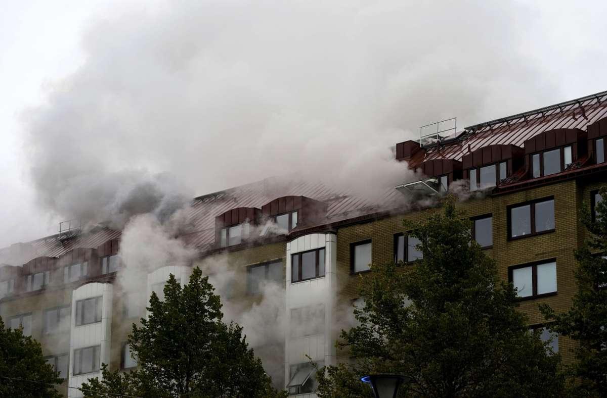 Rauch steigt nach einer Explosion aus einem Wohnhaus in Göteborg auf. Foto: dpa/Bjorn Larsson Rosvall