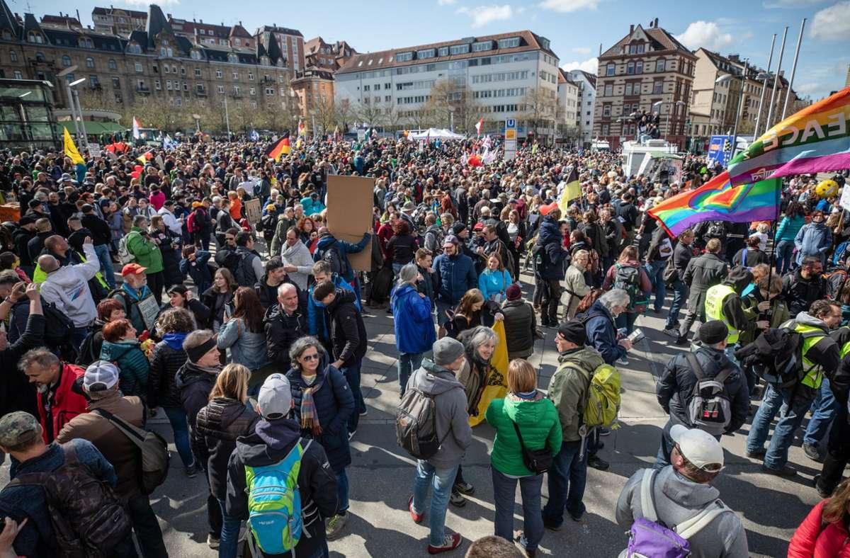 """Der Protest am Karsamstag war von der """"Querdenken""""-Bewegung angemeldet worden. Foto: dpa/Christoph Schmidt"""