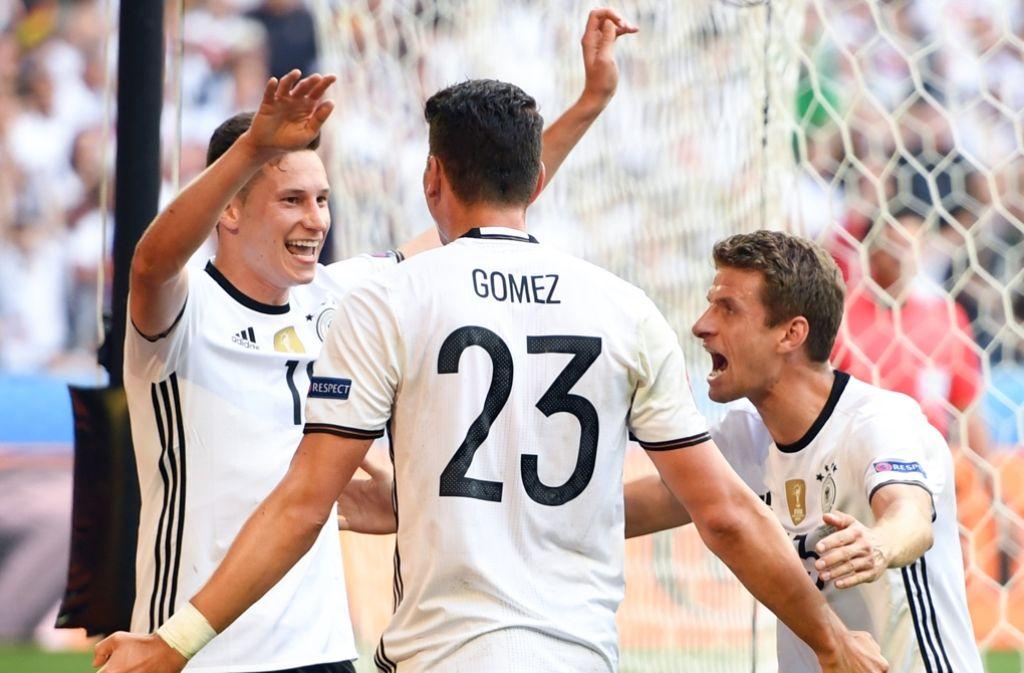 Glückwunsch: Thomas Müller (re.) und die Torschützen Julian Draxler (li.) und Mario Gomez Foto: dpa