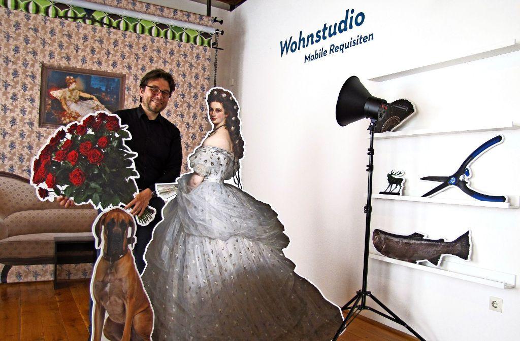 Im interaktiven Foto-Studio können sich Besucher des Museums der Alltagskultur mit Papp-Aufstellern in Szene setzen. Markus Speidel zeigt, wie's geht. Foto: Claudia Barner