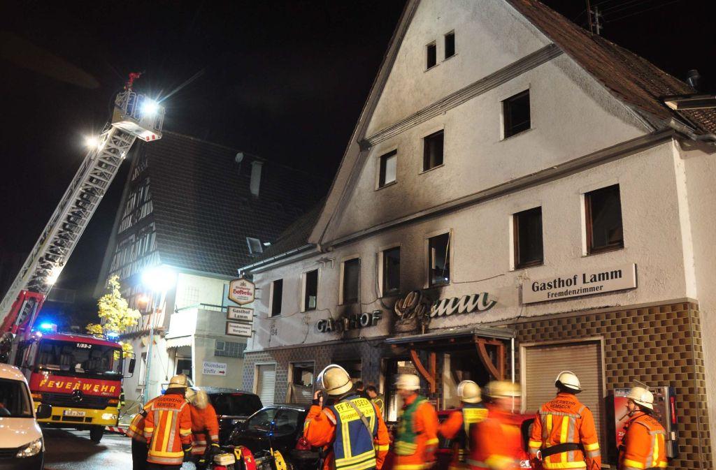 Rund 100 Feuerwehrleute waren im Oktober 2015 nötig, um das Feuer in dem leer stehenden Gasthaus zu löschen. Es entstand ein Schaden von rund 250 000 Euro. Foto: dpa