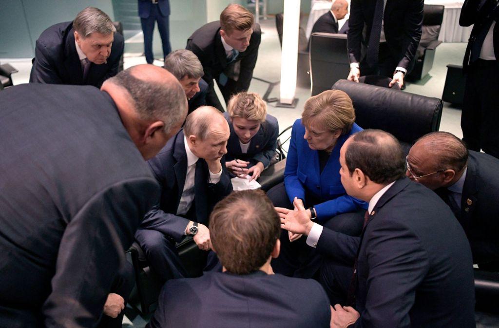Wladimir Putin (4.v.l.), Präsident von Russland, unterhält sich Bundeskanzlerin Angela Merkel (3.v.r., CDU) und Abdel Fattah al-Sisi (2.v.r.), Präsident von Ägypten, bei einem Treffen während der Libyen-Konferenz. Foto: dpa/Alexei Nikolsky