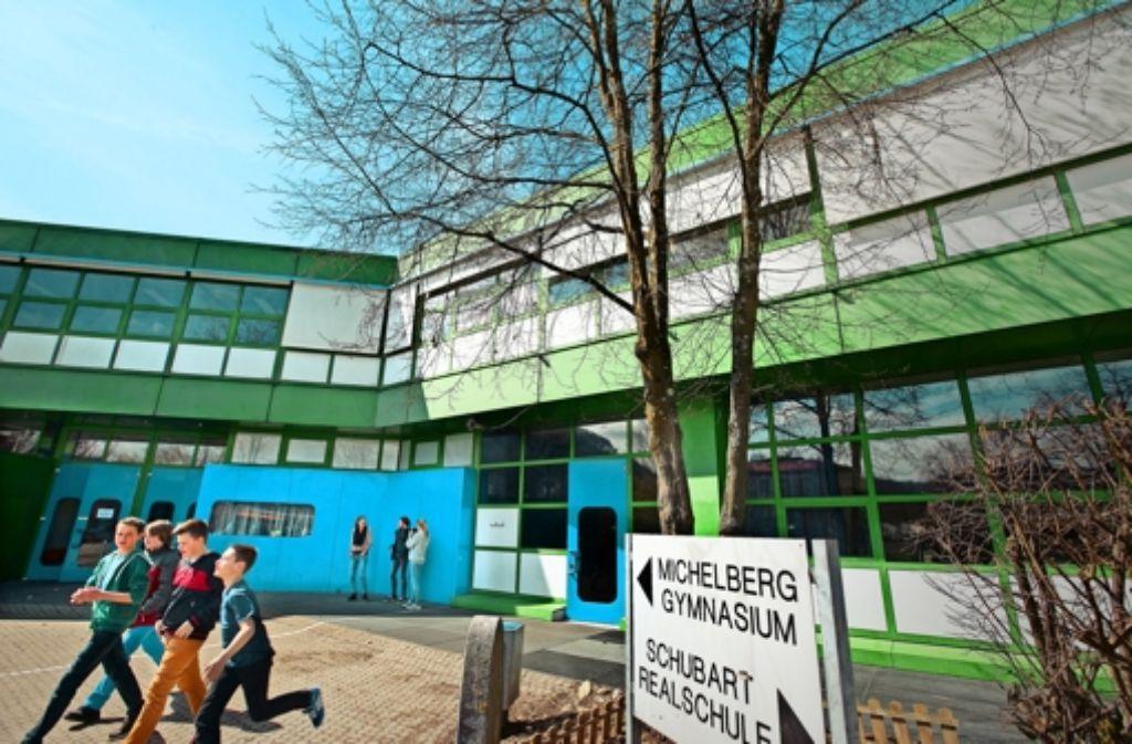 Die Kosten für das  Michelberggymnasium, hier  noch vor  der laufenden Sanierung, sind  erneut zum Streitfall geworden. Das Verwaltungsgericht Stuttgart hat zwar die Bescheide des Kultusministeriums zur Kostenbeteiligung wegen Verfahrensfehler kassiert, aber angekündigt, die klagenden Nachbarkommunen seien künftig verpflichtet zu zahlen. Foto: Horst Rudel