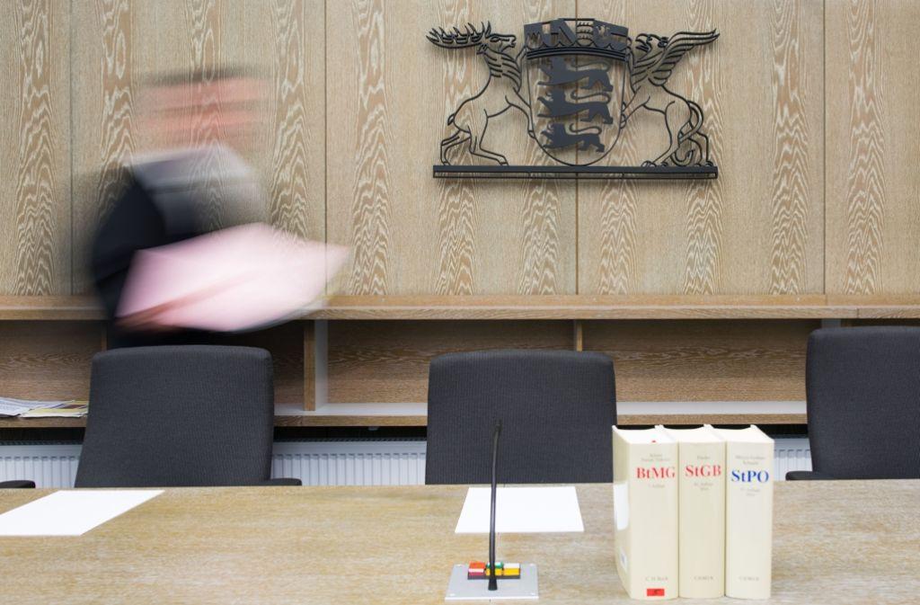 Vor dem Landgericht Mannheim muss sich ein 23-Jähriger verantworten, weil er Männer im Internet mit Sex geködert und dann ausgeraubt haben soll. (Symbolfoto) Foto: dpa