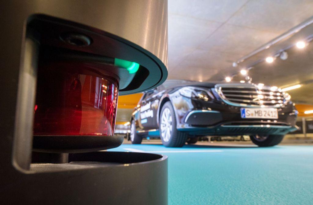 Das fahrerlose Parken funktioniert über die Verbindung der Fahrerassistenzsysteme in den Mercedes-Fahrzeugen mit der von Bosch entwickelten Leittechnik im Parkhaus. Foto: dpa