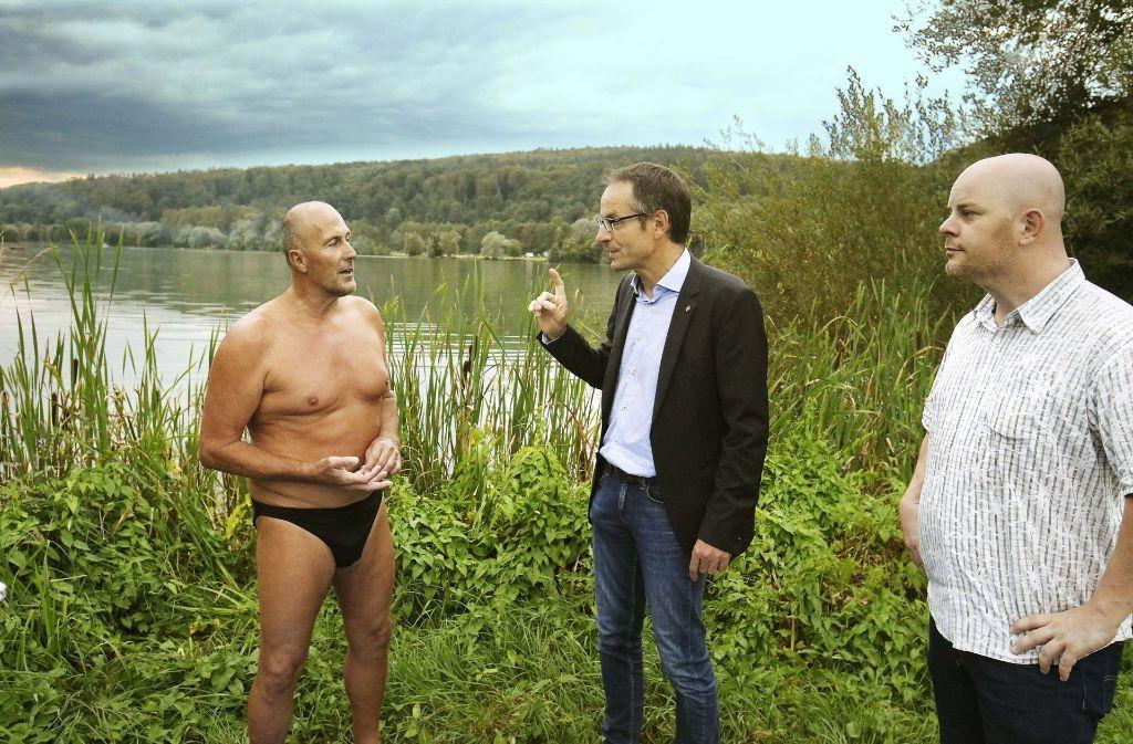 Seit  Jahrzehnten  badet  Dieter Weiß (links) am Kirchentellinsfurter Baggersee. Bei  Bürgermeister Bernd Haug beschwert sich der Polizist darüber, dass die Nacktbader vertrieben wurden und der private Sicherheitsdienst nicht mit Augenmaß patrouilliert Foto: Horst  Haas