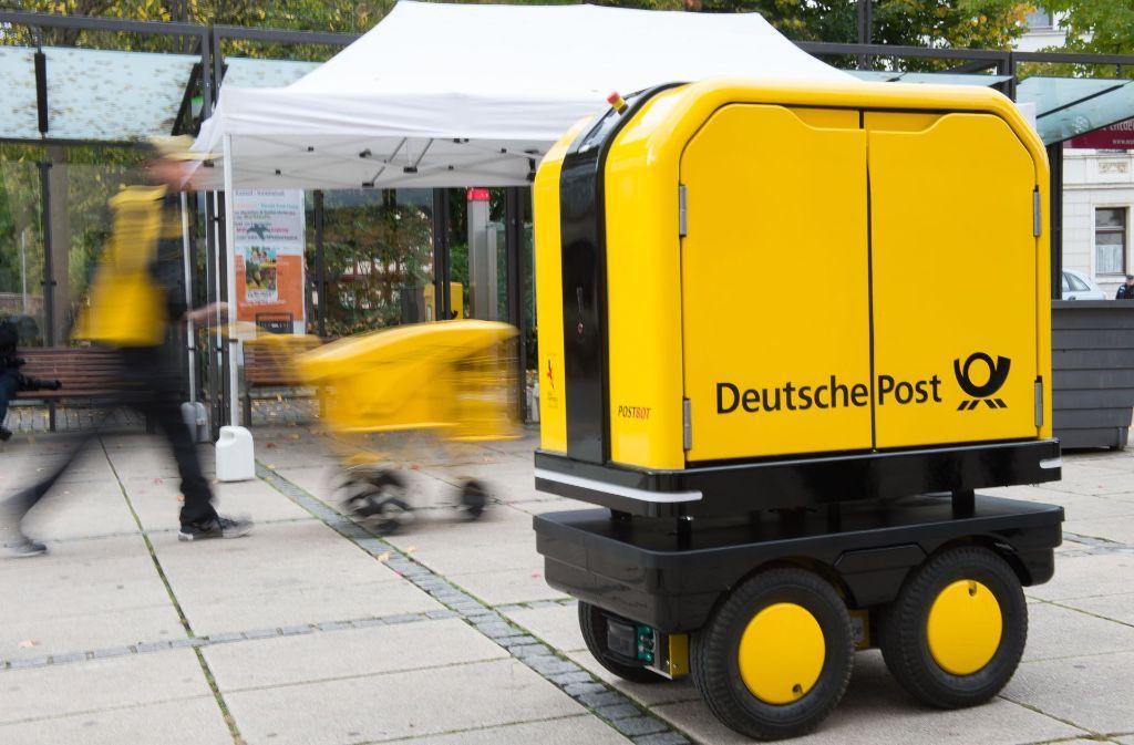 Ein Postbot beim Verrichten seiner Arbeit. Foto: dpa