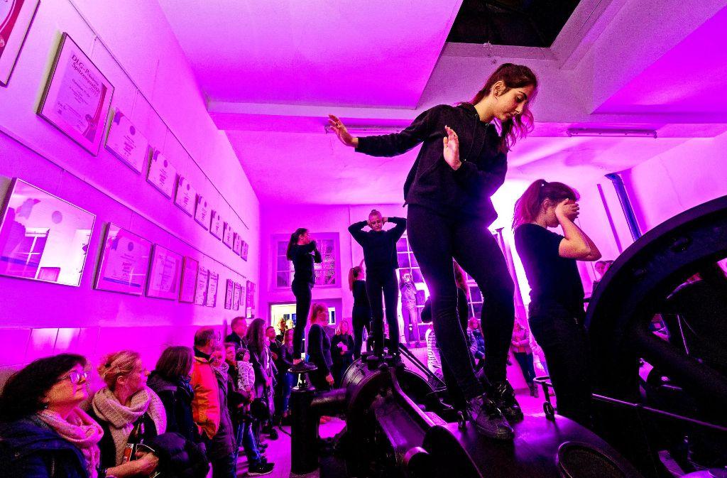 Tanz, Theater, Musik und Multimedia vereinigten junge Leute zu einer ungewöhnlichen Performance im Blauen Haus. Foto: factum/Weise