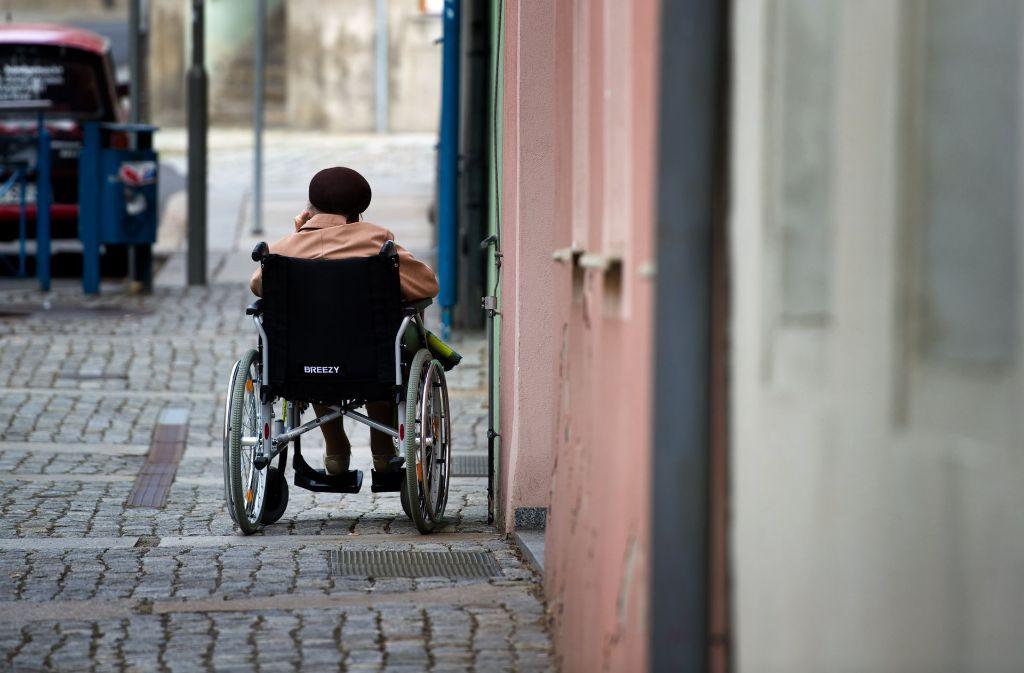 Manche Menschen vereinsamen im Alter – wenn sie sterben bleibt ihr Tod nicht selten unbemerkt. Foto: dpa-Zentralbild