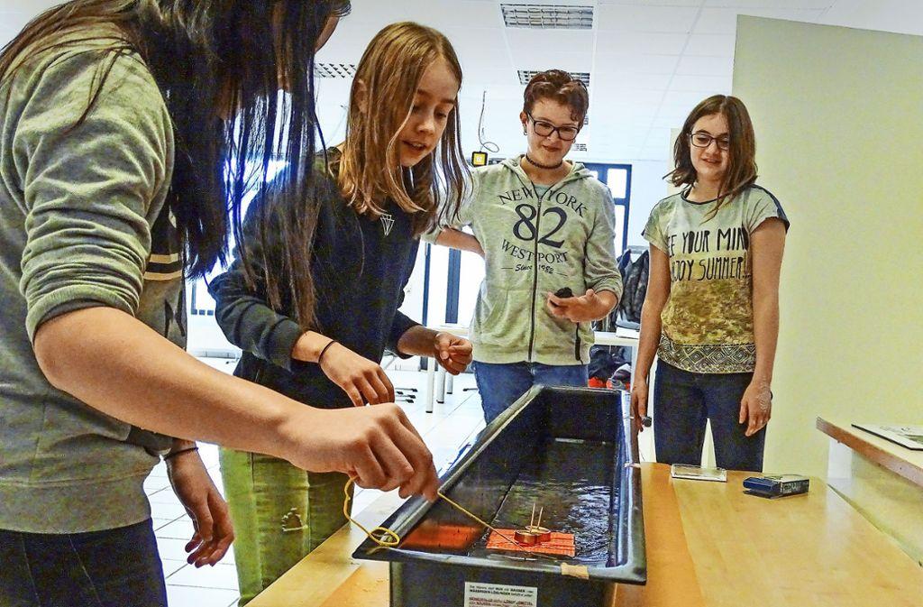 """Studierende (links) und Schulklassen sind im Göppinger NwT-Bildungshaus längst Stammgäste. Das neue Projekt  """"Die Mü(c)ke"""" richtet sich mit dem Thema """"Digitale Mündigkeit"""" aber nicht nur an Kinder und Jugendliche, sondern an alle Altersklassen. Foto: NwT-Bildungshaus"""