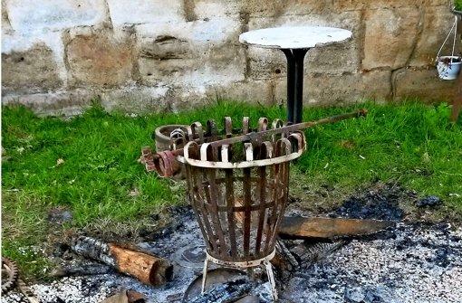 Antike Bretter als Grillholz