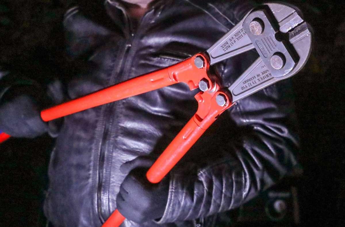 Die Einbrecher gelangten auf das Gelände, indem sie zwei Zäune aufschnitten. (Symbolbild) Foto: imago images / localpic/Rainer_Droese