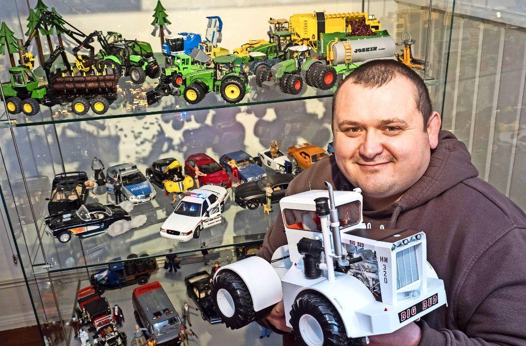 Marian Kulisz und sein Big Bud: Von dem Traktor aus den USA gebe es gerade einmal 100 Stück, sagt der 36-Jährige. Foto: factum/Weise