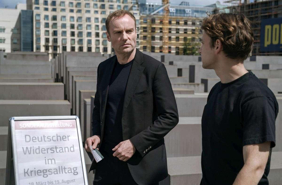 Robert Karow (Mark Waschke, li.) sucht Moritz Keller (Leonard Scheicher) beim Holocaust Mahnmal auf. Foto: rbb/Stefan Erhard