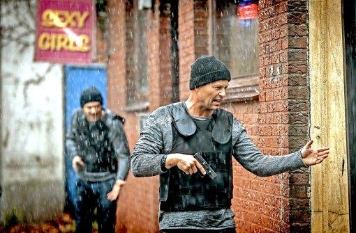 Action auch bei schlechtem Wetter: Yalcin Gümer (Fahri Yardim, links) und Nick Tschiller (Til Schweiger) im Einsatz Foto: ARD